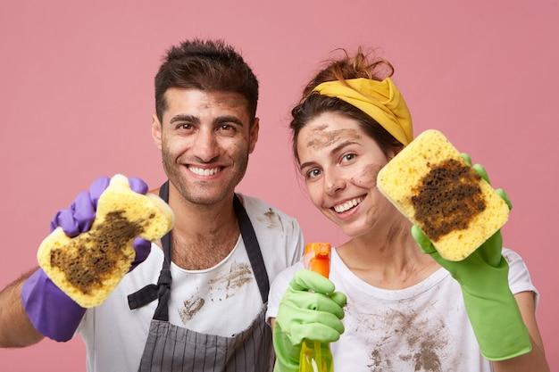 Couple nettoyant tout dans leur appartement