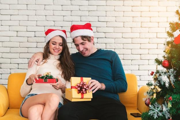 Couple de noël avec cadeau