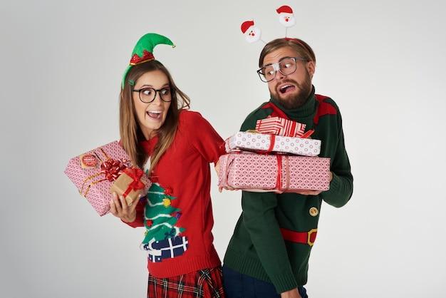 Couple de noël échangeant les cadeaux