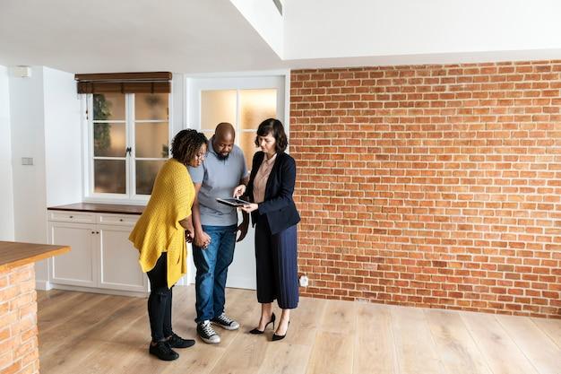 Couple noir achète une nouvelle maison