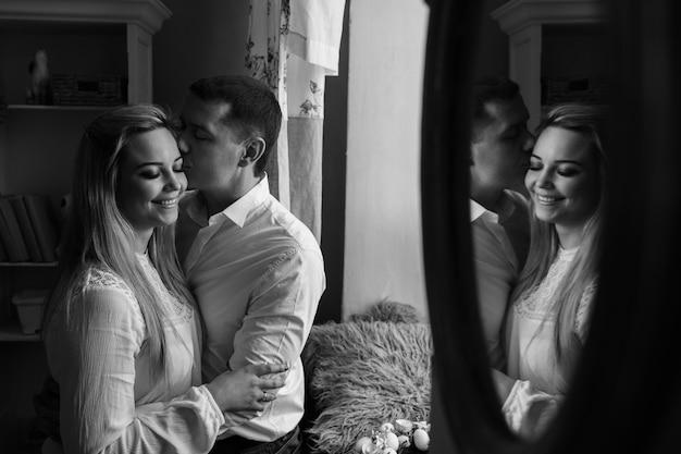 Couple noir et blanc amoureux de la réflexion dans le miroir