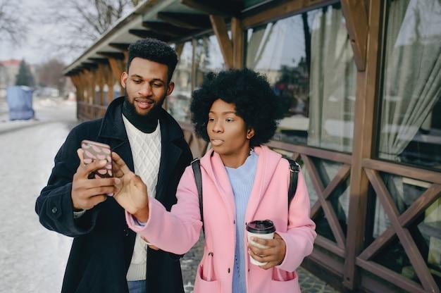 Couple noir dans une ville