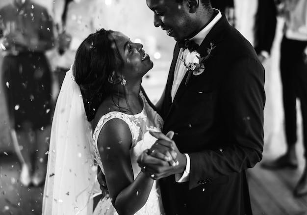 Couple noir dansant le jour de leur mariage