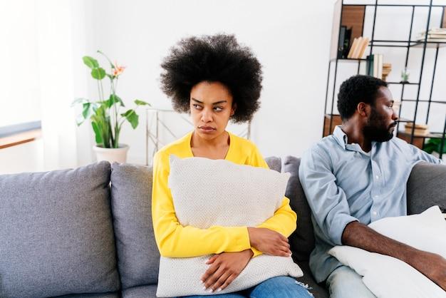 Couple noir discutant à la maison, crise relationnelle
