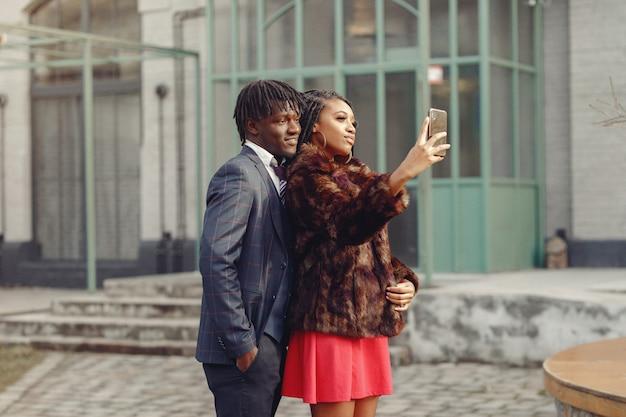 Couple noir élégant, passer du temps dans une ville de printemps