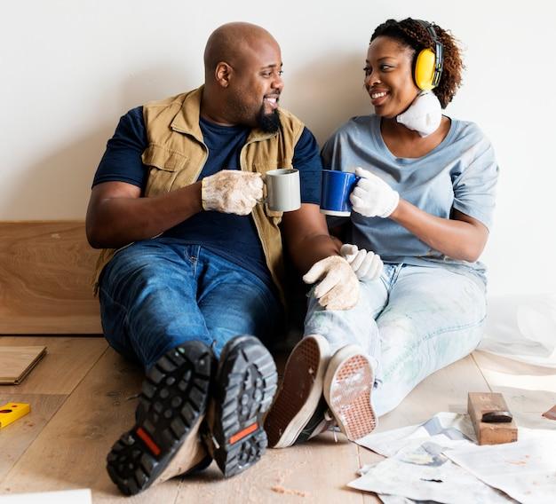 Couple noir passe au nouveau concept de maison
