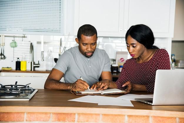 Couple noir travaillant dans la cuisine