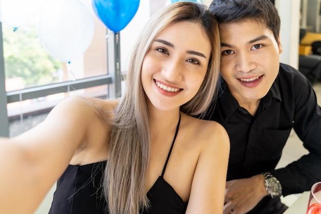 Couple nouvel an célébration de noël selfie