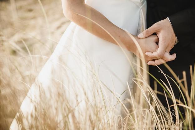 Couple nouvellement marié après leur mariage.
