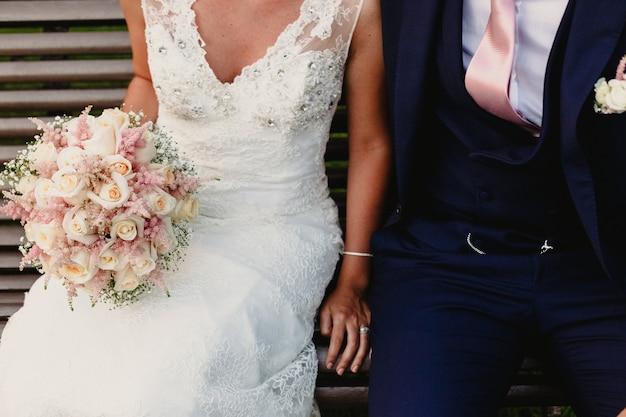 Couple nouvellement marié habillé en mariée et le marié