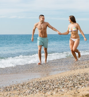 Couple nouvellement marié à la plage