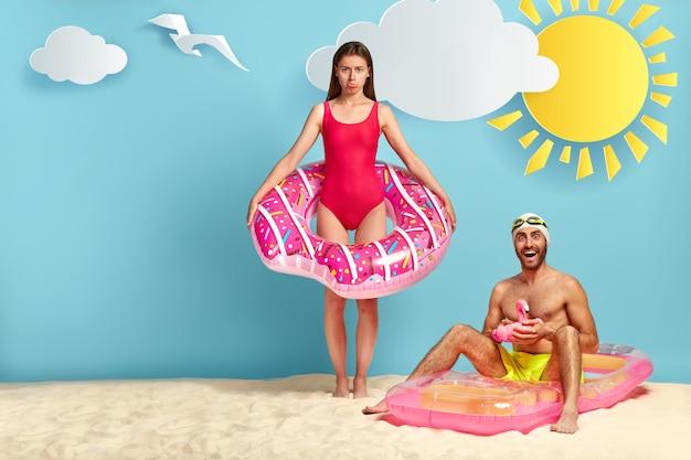 Couple offensé posant à la plage