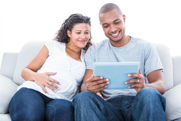 Un couple avec un ordinateur portable