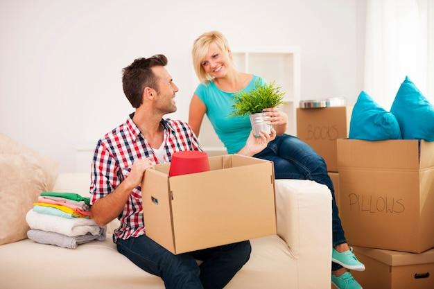 Couple organisant un nouvel appartement