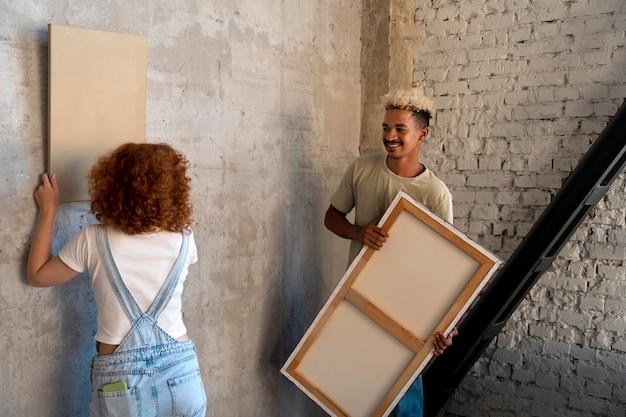 Couple organisant la peinture dans leur nouvelle maison