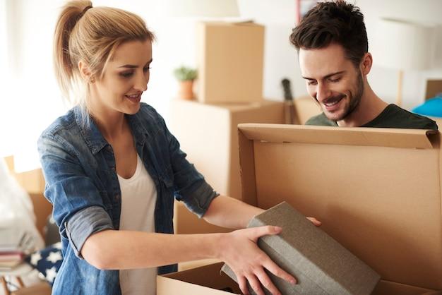 Couple organisant des trucs dans des boîtes en carton
