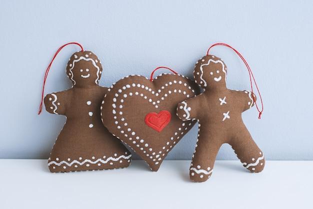 Couple de pain d'épice avec des biscuits décoratifs de grand coeur