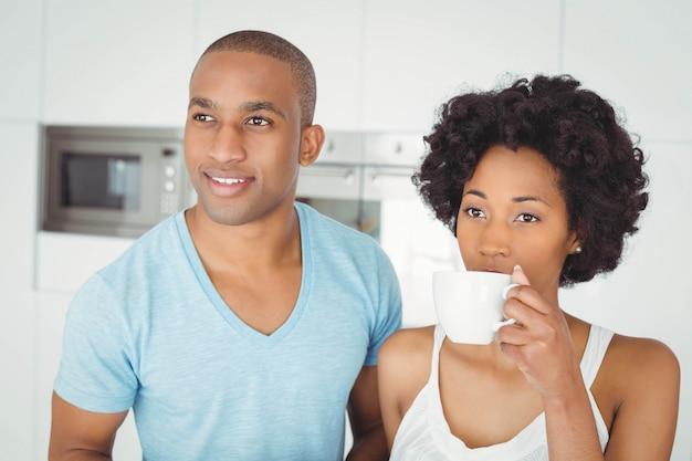 Couple paisible debout dans la cuisine à la maison