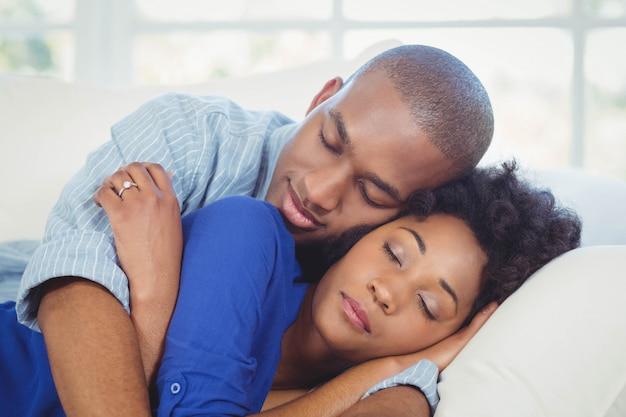 Couple paisible dormir sur le canapé