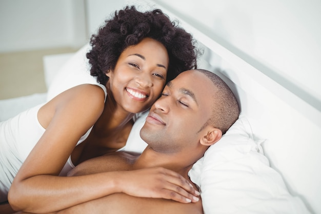 Couple paisible sur le lit à la maison