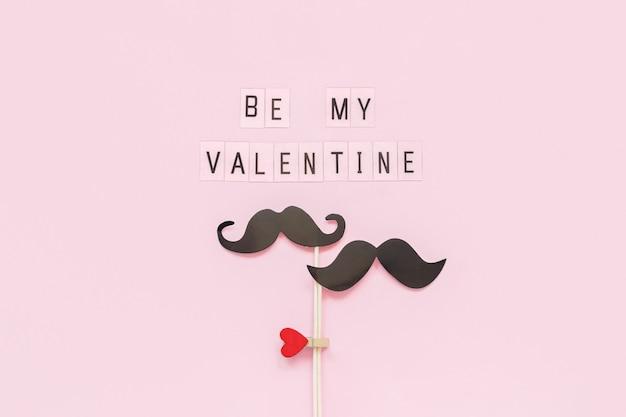 Couple de papier moustache props sur bâton attaché pince à linge coeur et texte be my valentine