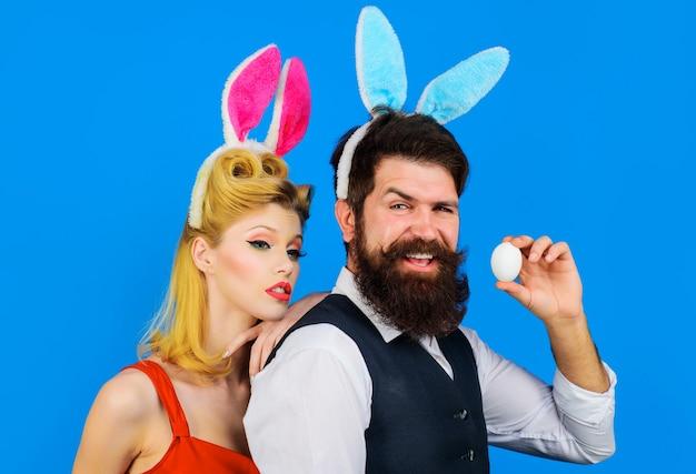 Couple de pâques. famille célébrant les easters. bel homme barbu et femme drôle. oreilles de lapin. aimer.