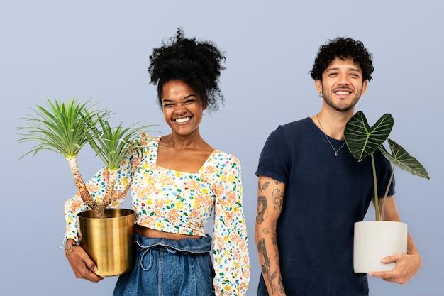Couple de parents de plantes tenant des plantes d'intérieur en pot