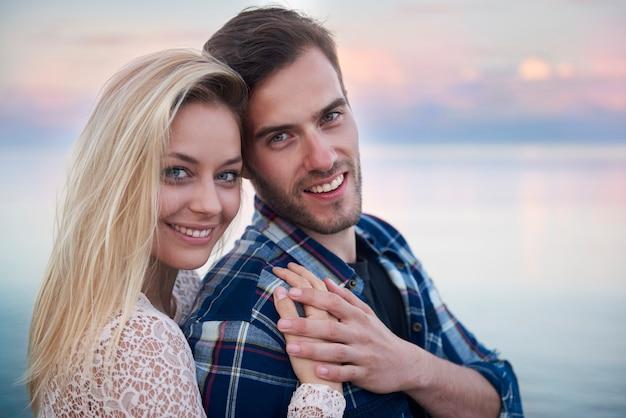 Couple parfait, passer du temps sur la plage