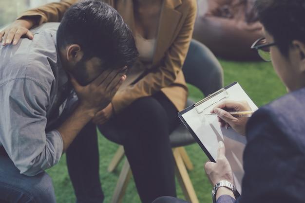Couple parlant, aide et soutien par un psychiatre.
