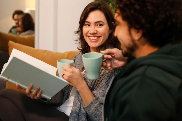 Couple parlant dans leur salon