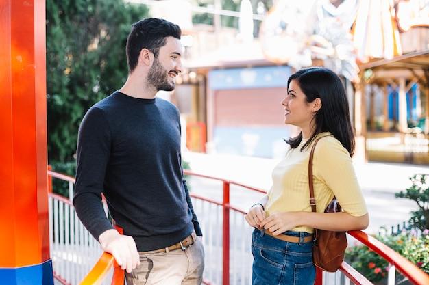 Couple parlant dans un parc à thème
