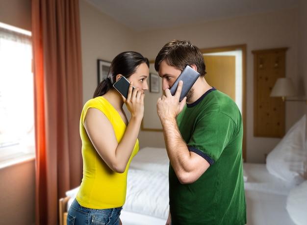 Couple parlant par téléphones