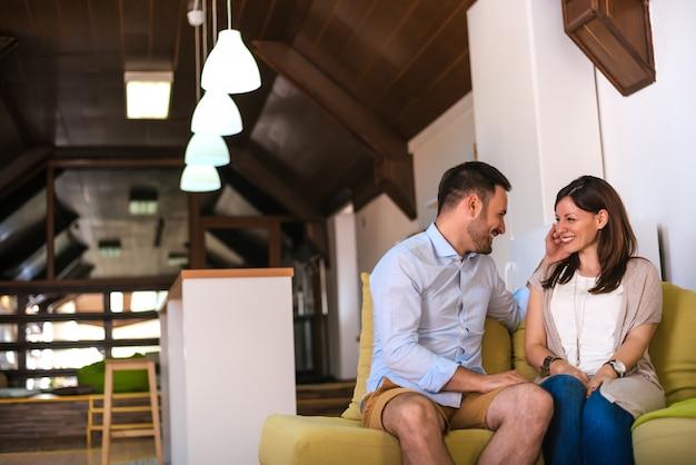 Couple partageant l'amour
