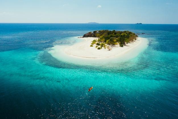 Couple passant du temps sur une belle île tropicale éloignée aux philippines. concept de vacances et de style de vie. activités de kayak et de pratique