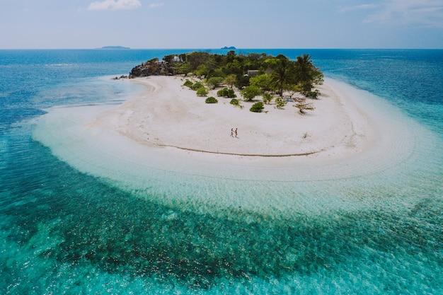 Couple passant du temps sur une belle île tropicale éloignée aux philippines. concept de vacances et de style de vie.
