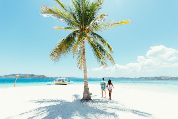 Couple passant du temps sur une belle île tropicale éloignée. concept de vacances et de style de vie.