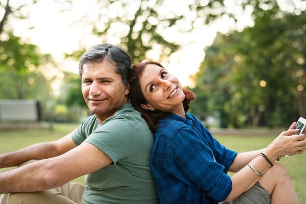 Couple passant du temps ensemble sur un pique-nique