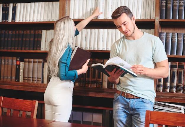 Couple passant du temps libre dans la bibliothèque