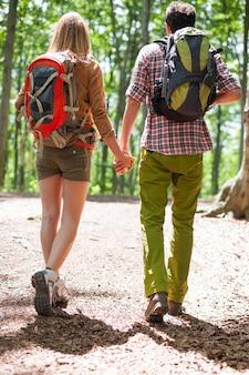 Couple passant une journée ensoleillée dans la forêt