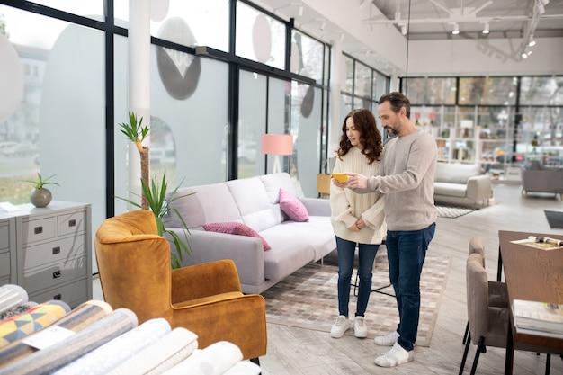 Couple passant leur temps dans le salon de meubles