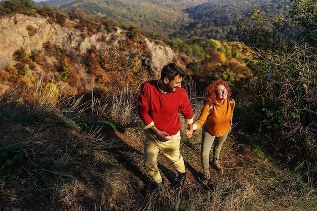Couple passant le week-end dans la nature.
