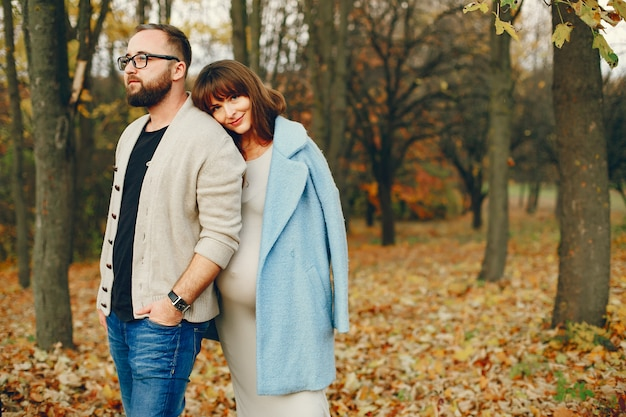 Couple passe du temps dans un parc en automne