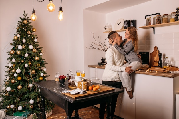 Couple passe leur temps ensemble à la maison dans la cuisine