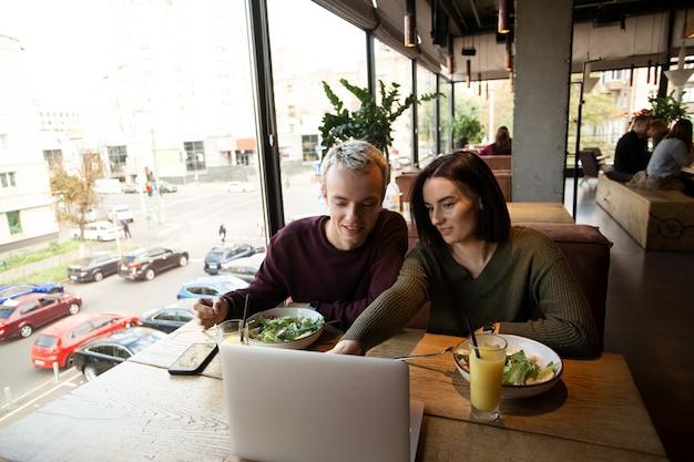 Couple de passer du temps au restaurant ensemble
