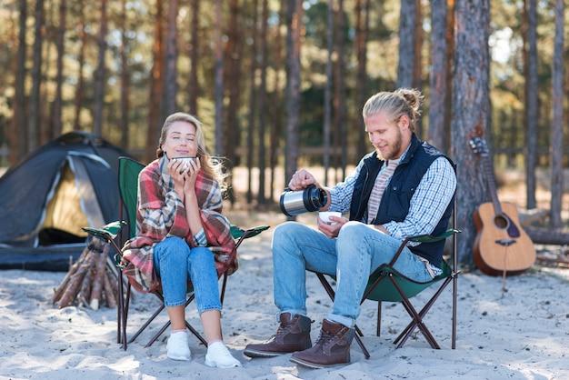 Couple, passer du temps ensemble et boire du café