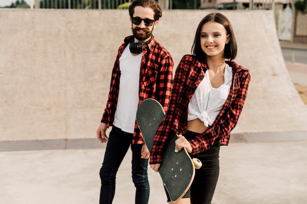Couple, passer, temps, ensemble, à, skate park