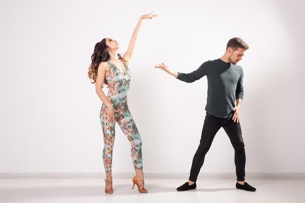 Couple passionné danse danse sociale kizomba ou bachata ou semba ou taraxia sur surface blanche
