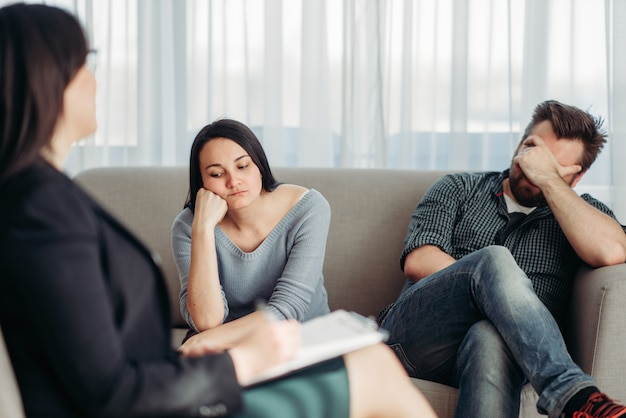 Couple de patients stressés à la réception du psychologue