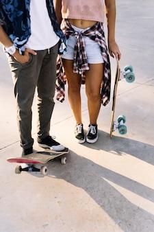 Couple patineur avec des planches à roulettes