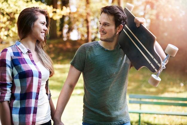 Couple de patineurs dans un parc
